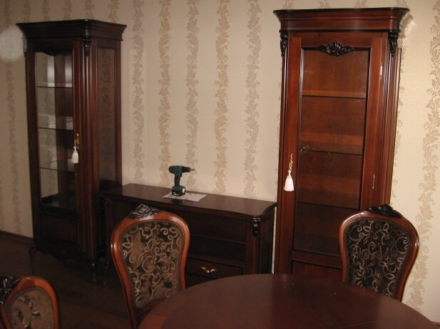 собранная коллекция BENEDETTA - стол, витрины и тумба