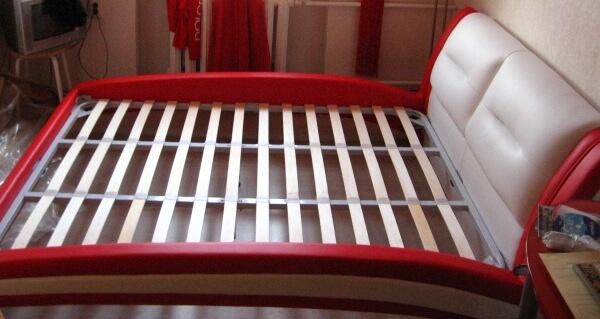 красная кожаная кровать