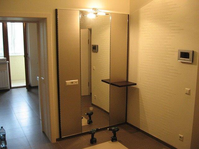 Навесные зеркальные панели в прихожей