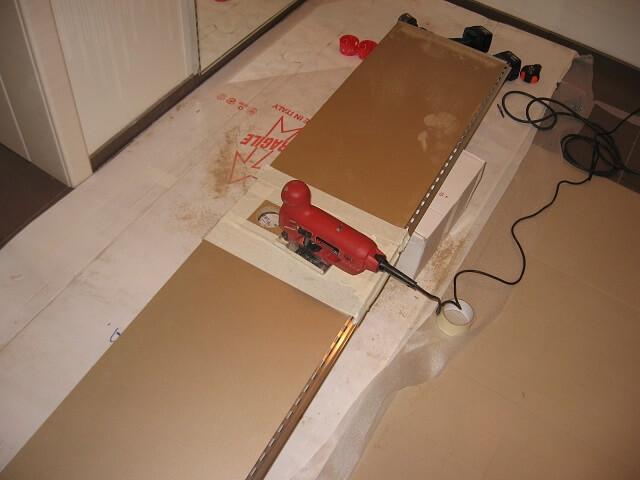 вырезы электролобзиком в панели под розетки