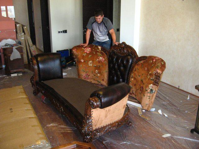 мастер собирает диван