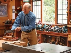 мастер делает мебель