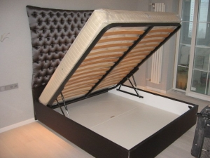 кровать с подъемной решеткой