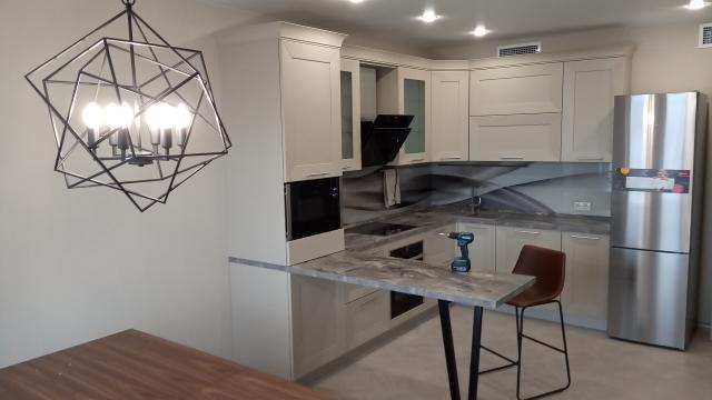 собранная кухонная мебель