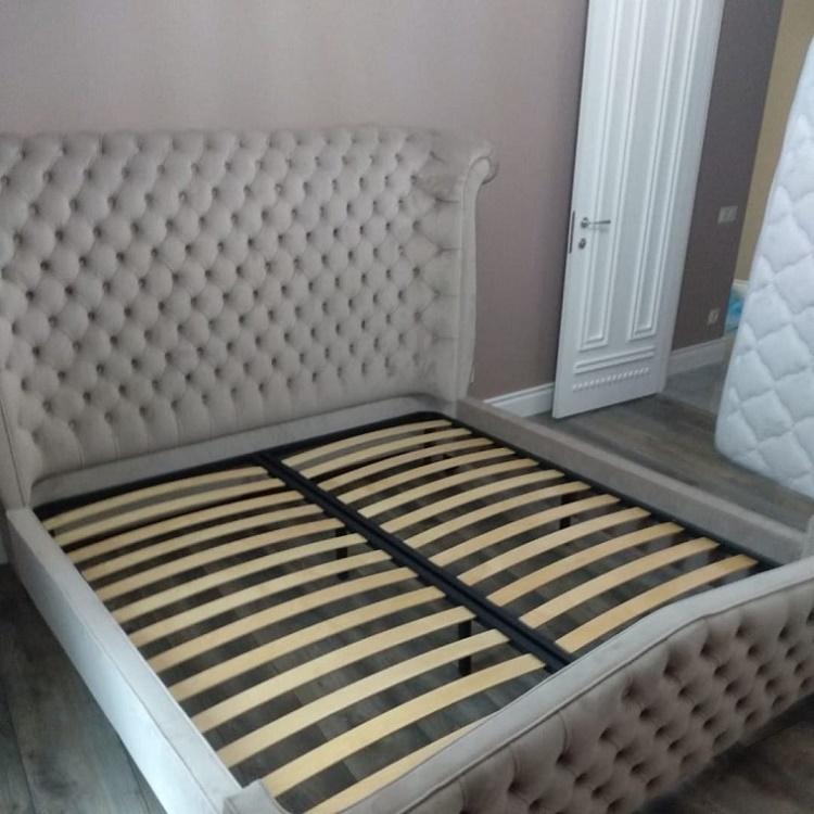 кровать с светлым изголовьем