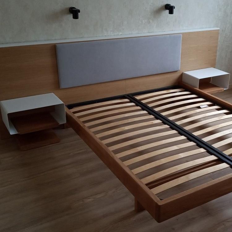 кровать с подвесными тумбами на изголовье