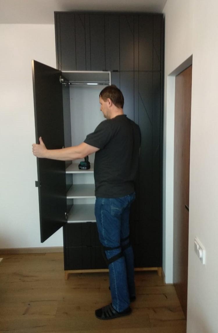 мастер собрал высокий шкаф