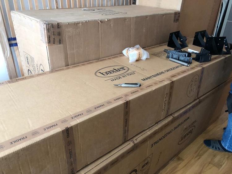 коробки с деталями кровати